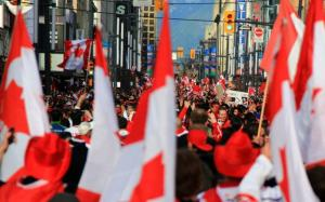 torcedores nas ruas de Vancouver